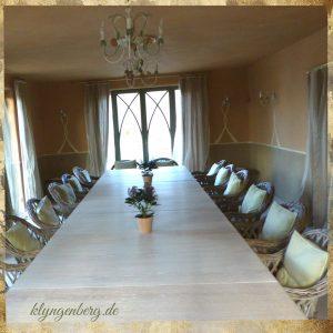 Seminarraum mit Tisch 300x300 - Seminarhaus mieten - Klyngenberg